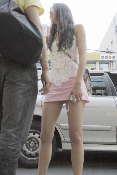 【ミニスカエロ画像】春になってパンチラも気にせずミニスカートに穿き替える素人娘たち 12