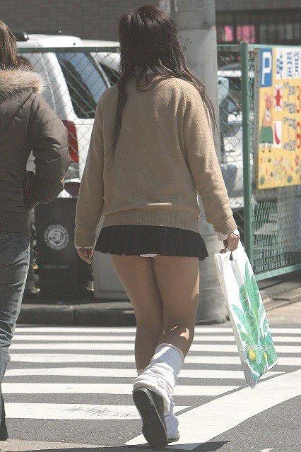 【ミニスカエロ画像】春になってパンチラも気にせずミニスカートに穿き替える素人娘たち 23