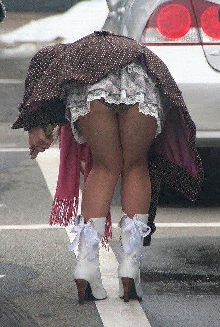【ミニスカエロ画像】春になってパンチラも気にせずミニスカートに穿き替える素人娘たち 27