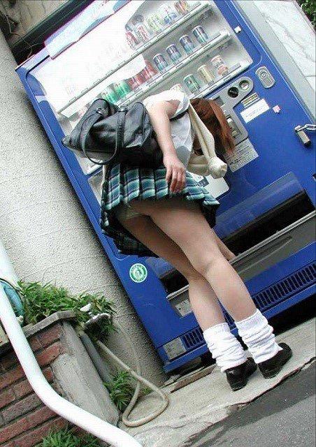 【ミニスカエロ画像】春になってパンチラも気にせずミニスカートに穿き替える素人娘たち 33