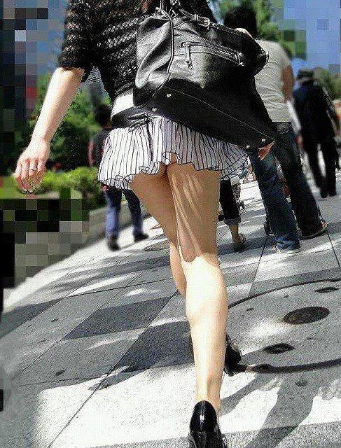 【ミニスカエロ画像】春になってパンチラも気にせずミニスカートに穿き替える素人娘たち 44