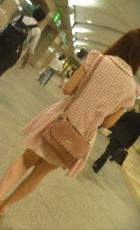 【ミニスカエロ画像】春になってパンチラも気にせずミニスカートに穿き替える素人娘たち 50