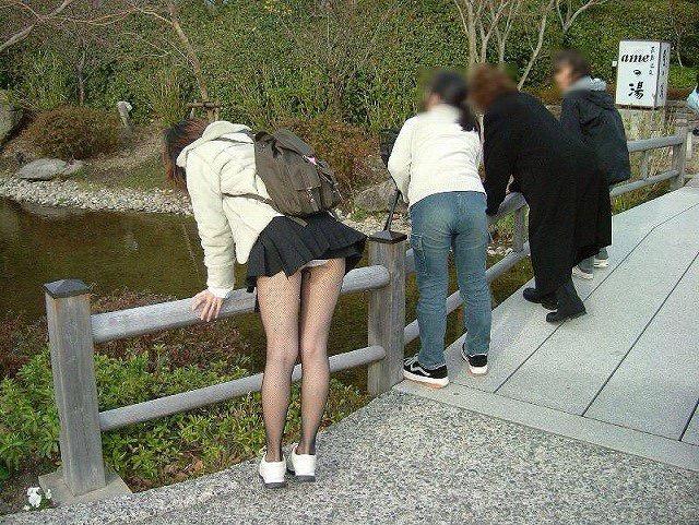 【ミニスカエロ画像】春になってパンチラも気にせずミニスカートに穿き替える素人娘たち 98