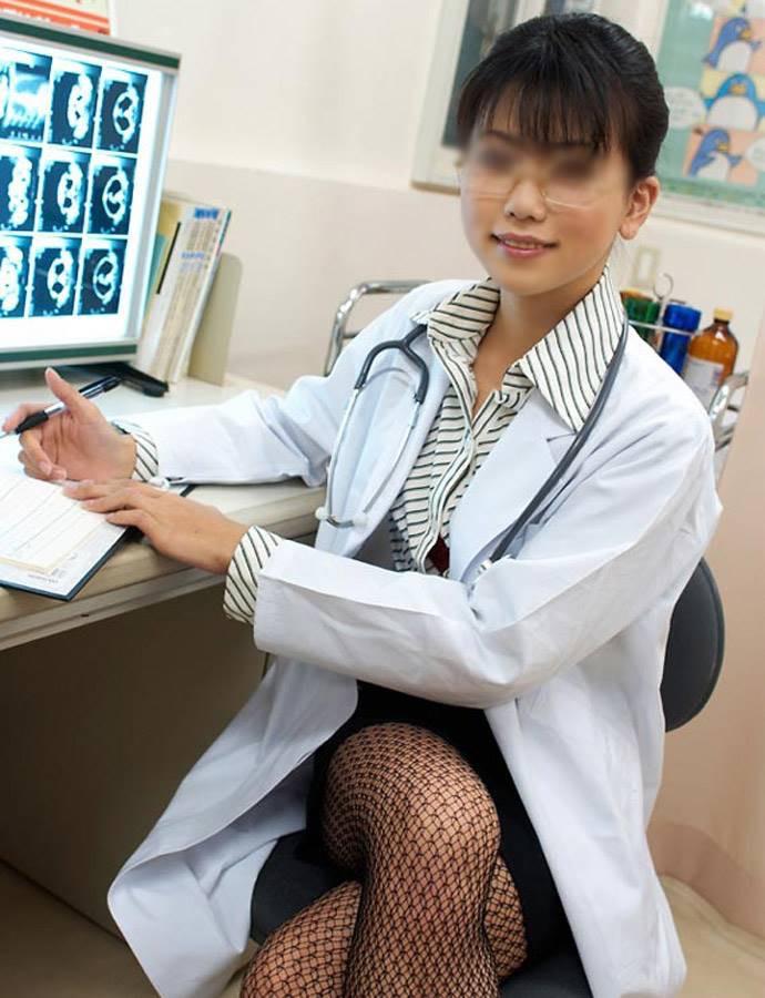 【女医エロ画像】診察中に美人女医とのハプニングを期待してしまうセクシー画像 05