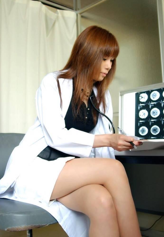 【女医エロ画像】診察中に美人女医とのハプニングを期待してしまうセクシー画像 07