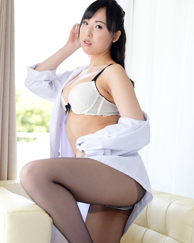 【女医エロ画像】診察中に美人女医とのハプニングを期待してしまうセクシー画像 10