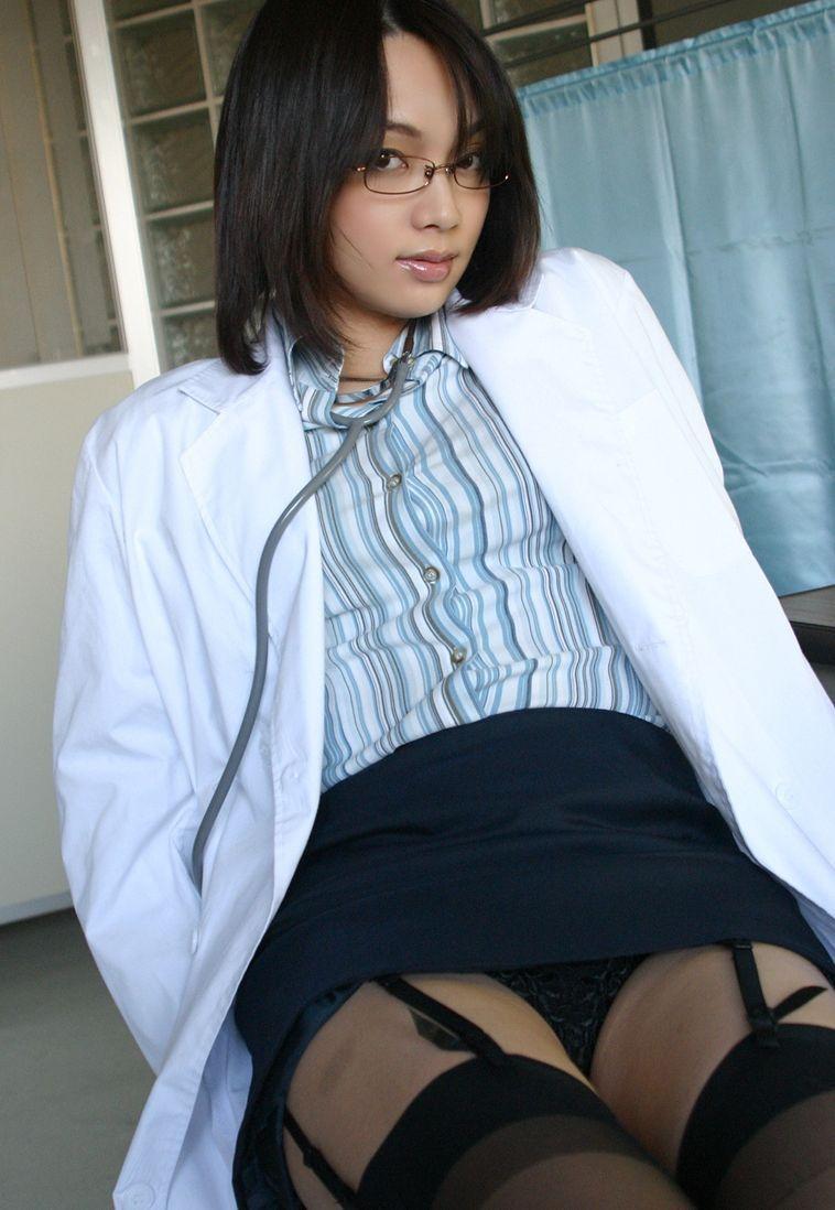 【女医エロ画像】診察中に美人女医とのハプニングを期待してしまうセクシー画像 15