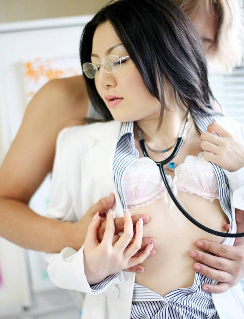 【女医エロ画像】診察中に美人女医とのハプニングを期待してしまうセクシー画像 18