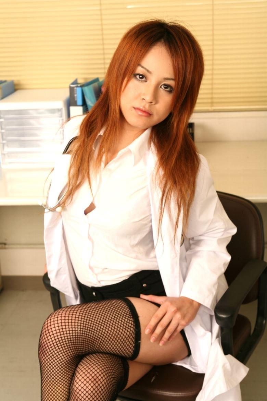 【女医エロ画像】診察中に美人女医とのハプニングを期待してしまうセクシー画像 23
