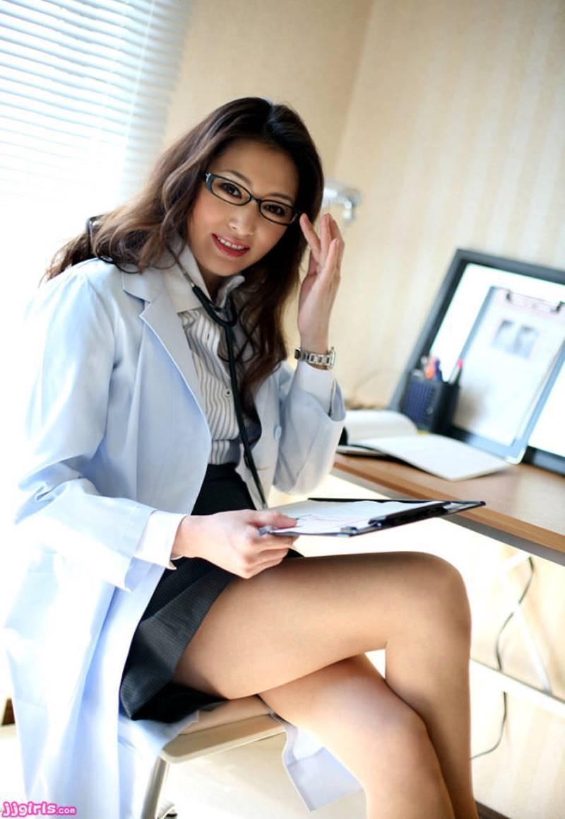 【女医エロ画像】診察中に美人女医とのハプニングを期待してしまうセクシー画像 26