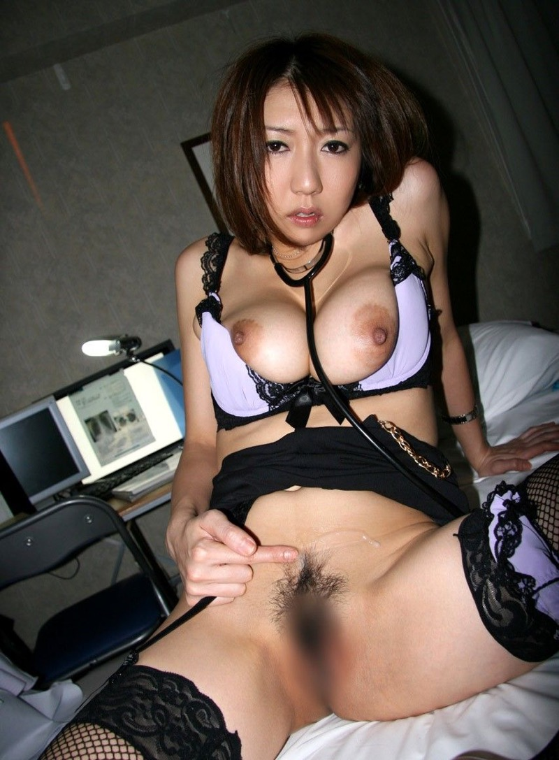 【女医エロ画像】診察中に美人女医とのハプニングを期待してしまうセクシー画像 35