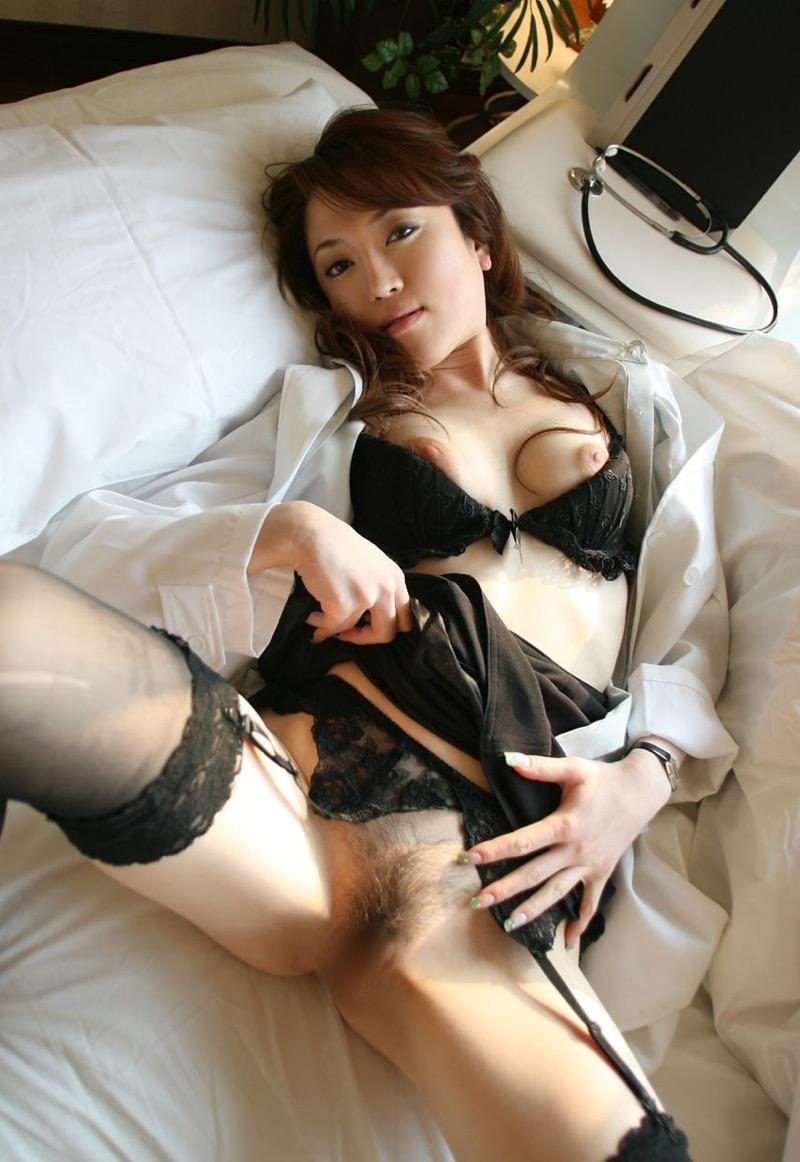 【女医エロ画像】診察中に美人女医とのハプニングを期待してしまうセクシー画像 41