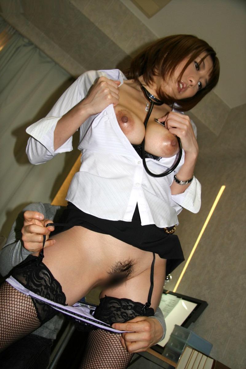 【女医エロ画像】診察中に美人女医とのハプニングを期待してしまうセクシー画像 46