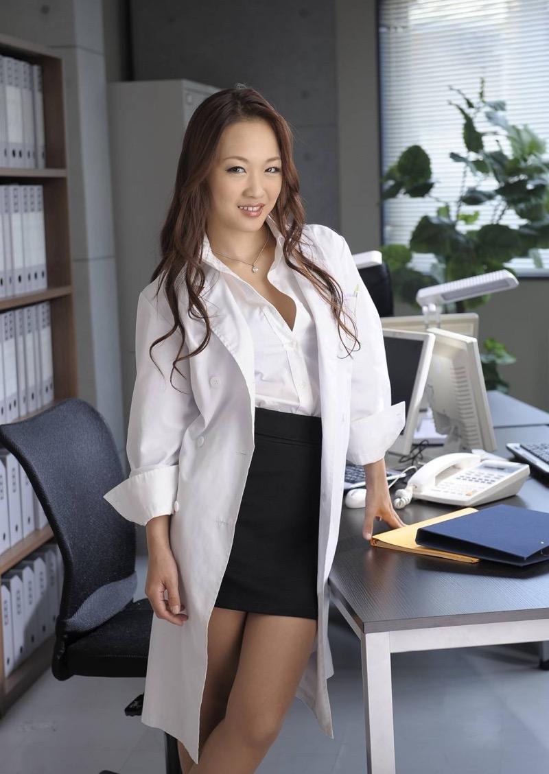 【女医エロ画像】診察中に美人女医とのハプニングを期待してしまうセクシー画像 62