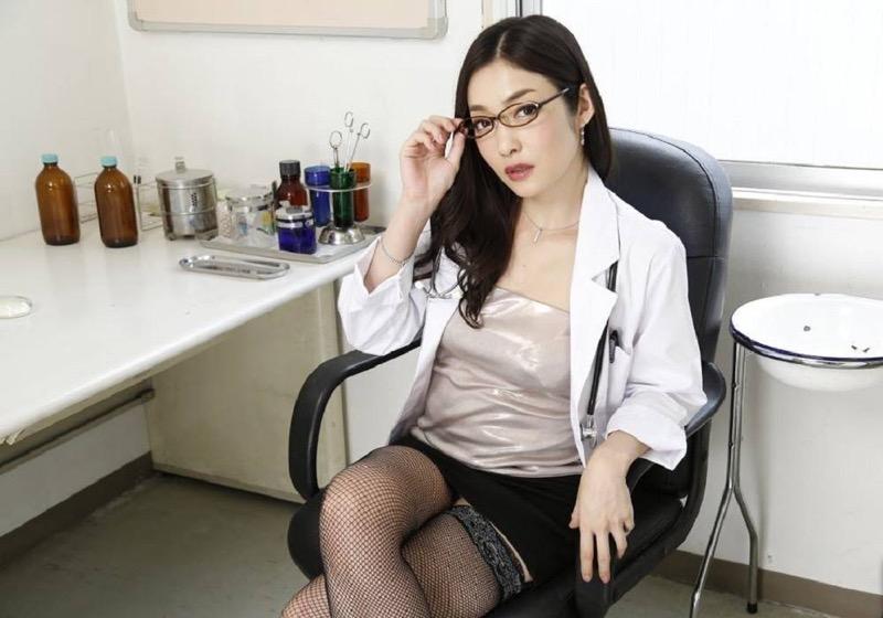 【女医エロ画像】診察中に美人女医とのハプニングを期待してしまうセクシー画像 68