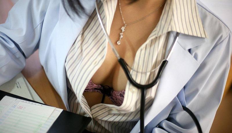 【女医エロ画像】診察中に美人女医とのハプニングを期待してしまうセクシー画像 74
