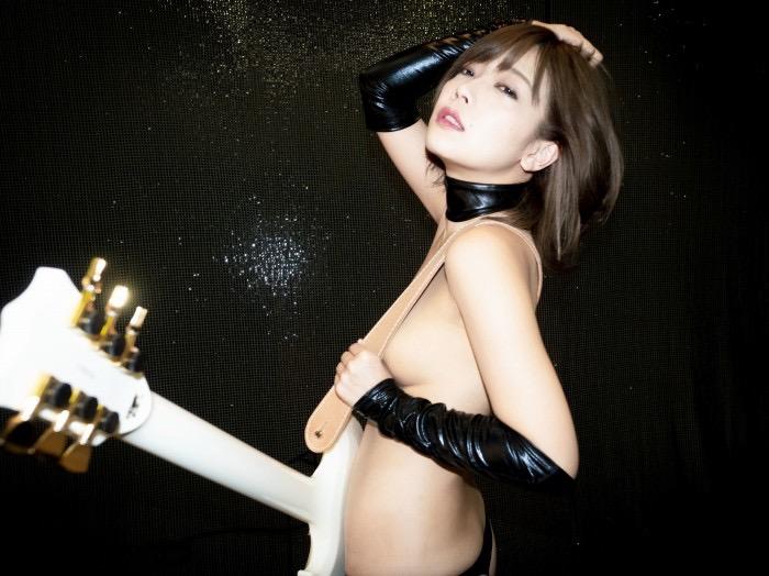 【藤田恵名エロ画像】脱いで歌える!?シンガーとグラビアを共存させるグラビアアイドル 53