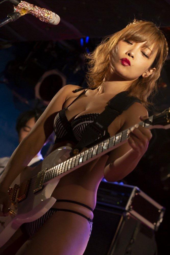 【藤田恵名エロ画像】脱いで歌える!?シンガーとグラビアを共存させるグラビアアイドル 62