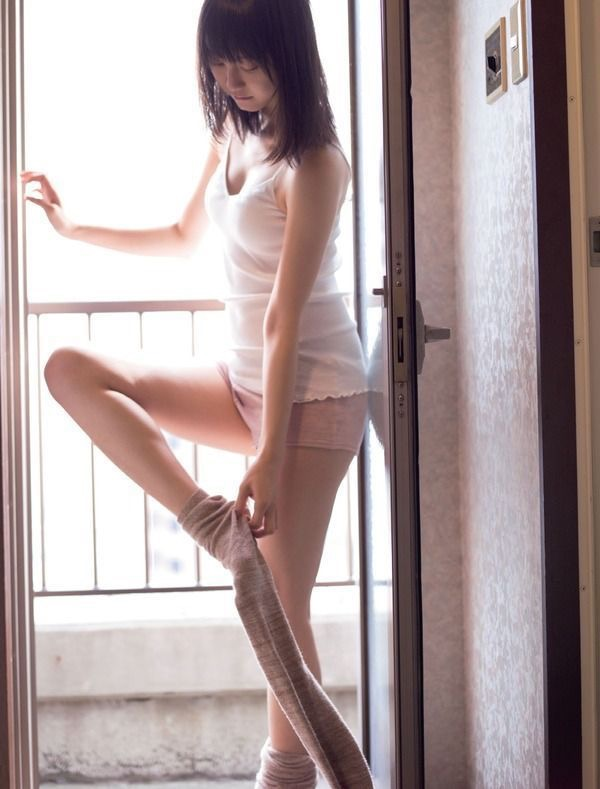 【松井玲奈グラビア画像】スレンダー好きにはたまらない細身でクビレもあるエロボディ!