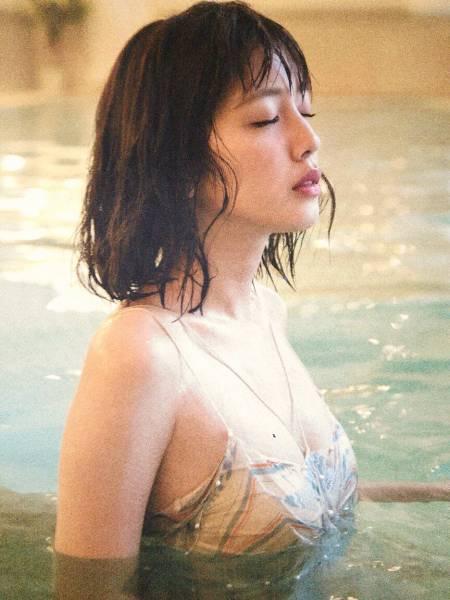 【松田るかグラビア画像】癒し系の優しい笑顔と色白なくびれボディがエロい美人女優のグラビア! 80