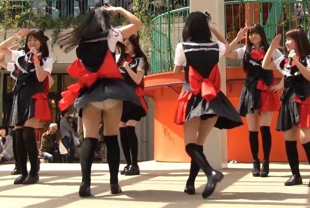 【アイドルパンチラ画像】アイドルたちが可愛いステージ衣装で歌って踊ってパンツ見えた!