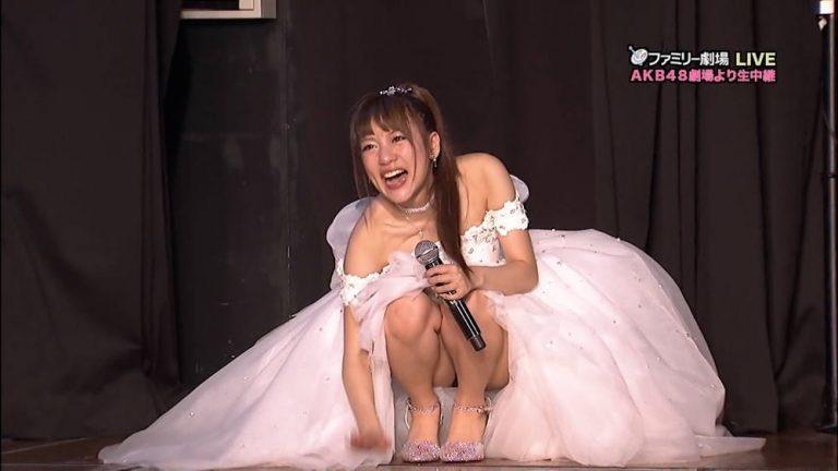 【アイドルパンチラ画像】アイドルたちが可愛いステージ衣装で歌って踊ってパンツ見えた! 03