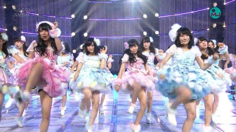 【アイドルパンチラ画像】アイドルたちが可愛いステージ衣装で歌って踊ってパンツ見えた! 08