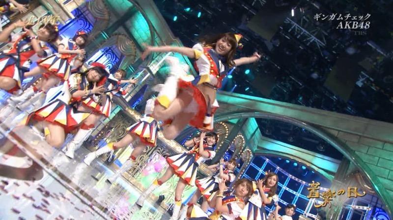 【アイドルパンチラ画像】アイドルたちが可愛いステージ衣装で歌って踊ってパンツ見えた! 15
