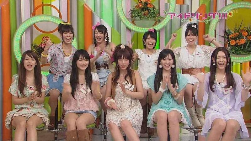 【アイドルパンチラ画像】アイドルたちが可愛いステージ衣装で歌って踊ってパンツ見えた! 19
