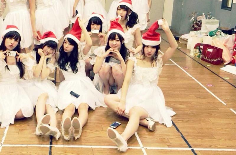 【アイドルパンチラ画像】アイドルたちが可愛いステージ衣装で歌って踊ってパンツ見えた! 22