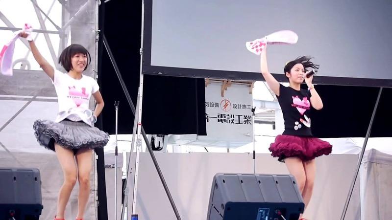 【アイドルパンチラ画像】アイドルたちが可愛いステージ衣装で歌って踊ってパンツ見えた! 23