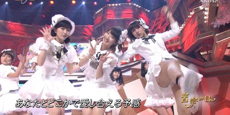【アイドルパンチラ画像】アイドルたちが可愛いステージ衣装で歌って踊ってパンツ見えた! 25