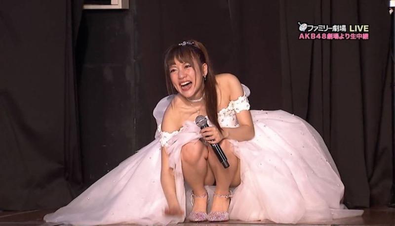 【アイドルパンチラ画像】アイドルたちが可愛いステージ衣装で歌って踊ってパンツ見えた! 27