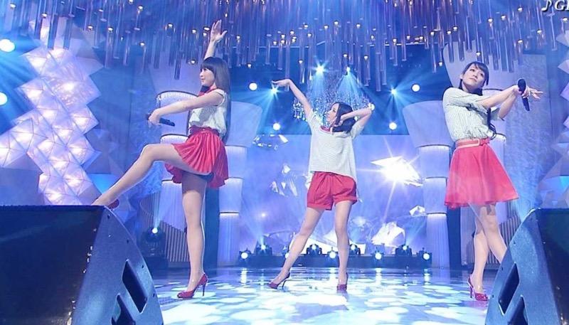 【アイドルパンチラ画像】アイドルたちが可愛いステージ衣装で歌って踊ってパンツ見えた! 42