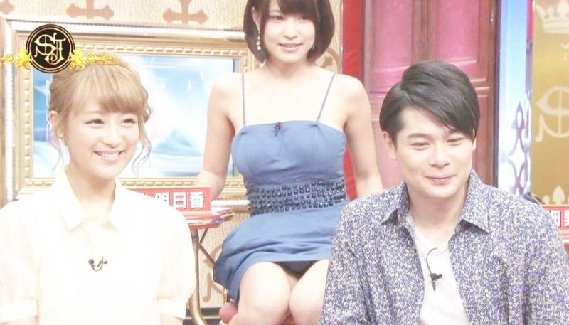 【アイドルパンチラ画像】アイドルたちが可愛いステージ衣装で歌って踊ってパンツ見えた! 44