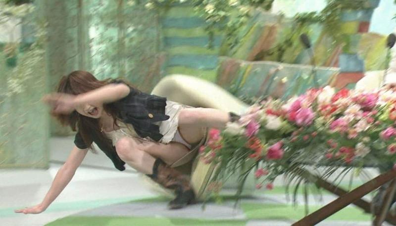【アイドルパンチラ画像】アイドルたちが可愛いステージ衣装で歌って踊ってパンツ見えた! 47