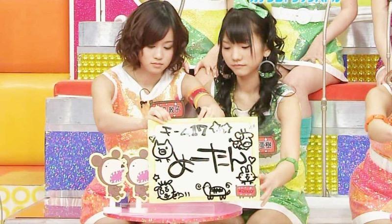【アイドルパンチラ画像】アイドルたちが可愛いステージ衣装で歌って踊ってパンツ見えた! 48