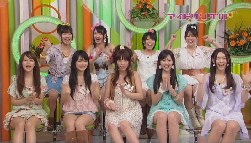 【アイドルパンチラ画像】アイドルたちが可愛いステージ衣装で歌って踊ってパンツ見えた! 58