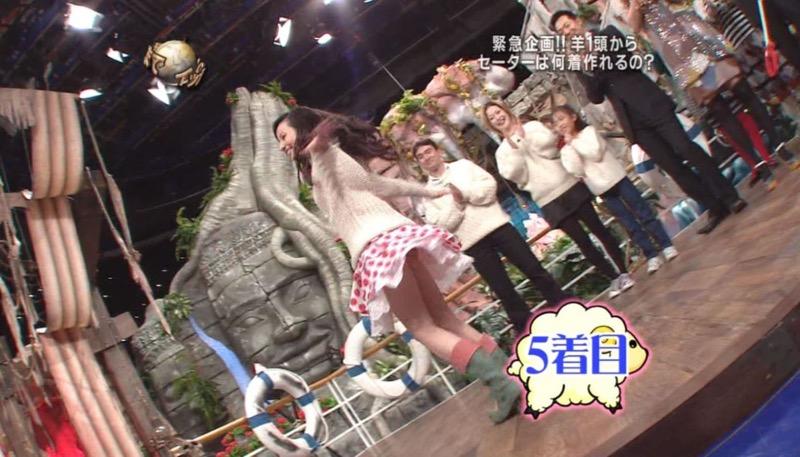 【アイドルパンチラ画像】アイドルたちが可愛いステージ衣装で歌って踊ってパンツ見えた! 63