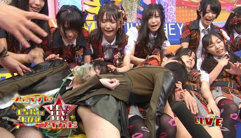 【アイドルパンチラ画像】アイドルたちが可愛いステージ衣装で歌って踊ってパンツ見えた! 64