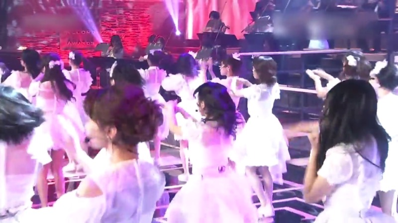 【AKBパンチラ画像】集団で生足やパンチラを見せながら踊るスケベなアイドル集団! 05