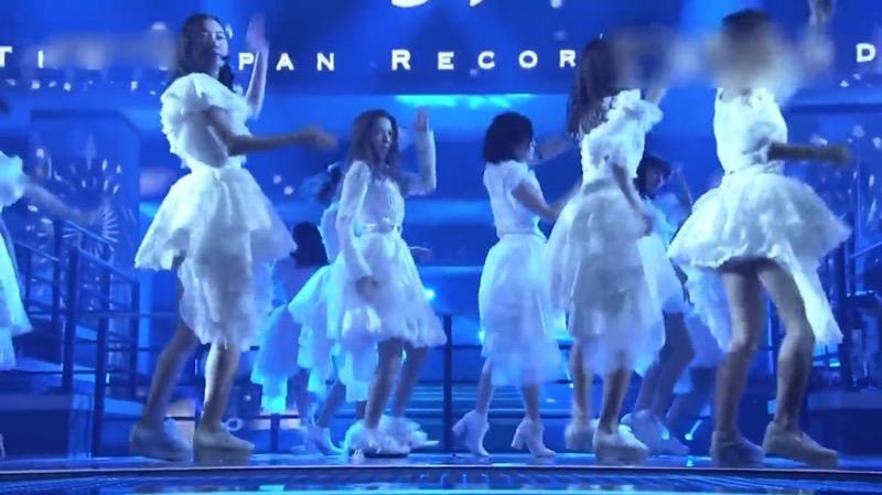 【AKBパンチラ画像】集団で生足やパンチラを見せながら踊るスケベなアイドル集団! 16