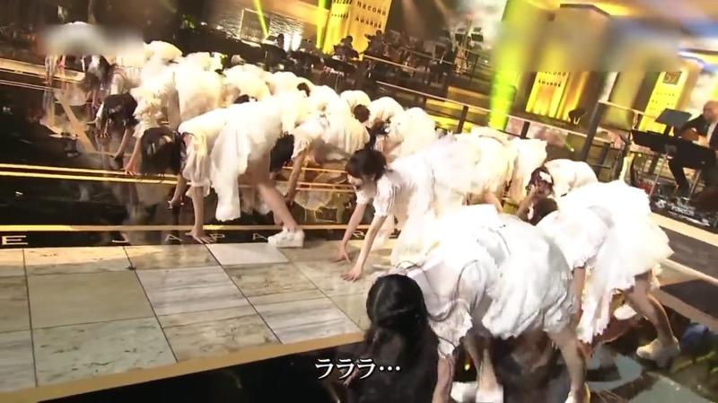【AKBパンチラ画像】集団で生足やパンチラを見せながら踊るスケベなアイドル集団! 17