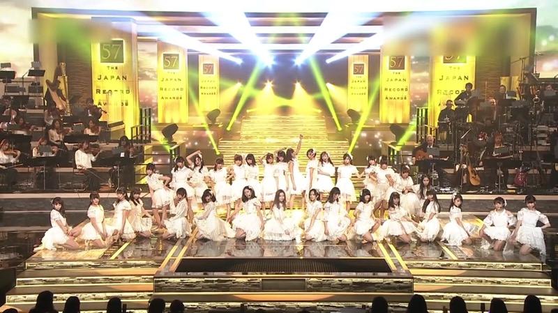 【AKBパンチラ画像】集団で生足やパンチラを見せながら踊るスケベなアイドル集団! 20