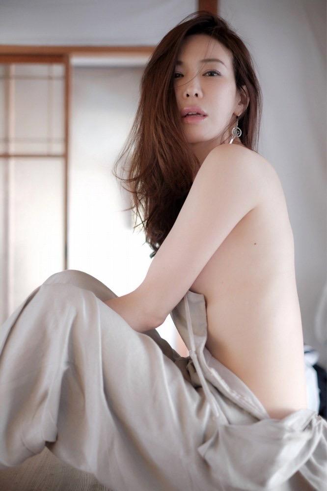 【岩本和子エロ画像】アラフォー世代で未だ現役の美魔女系グラビアアイドルのヌード写真 15