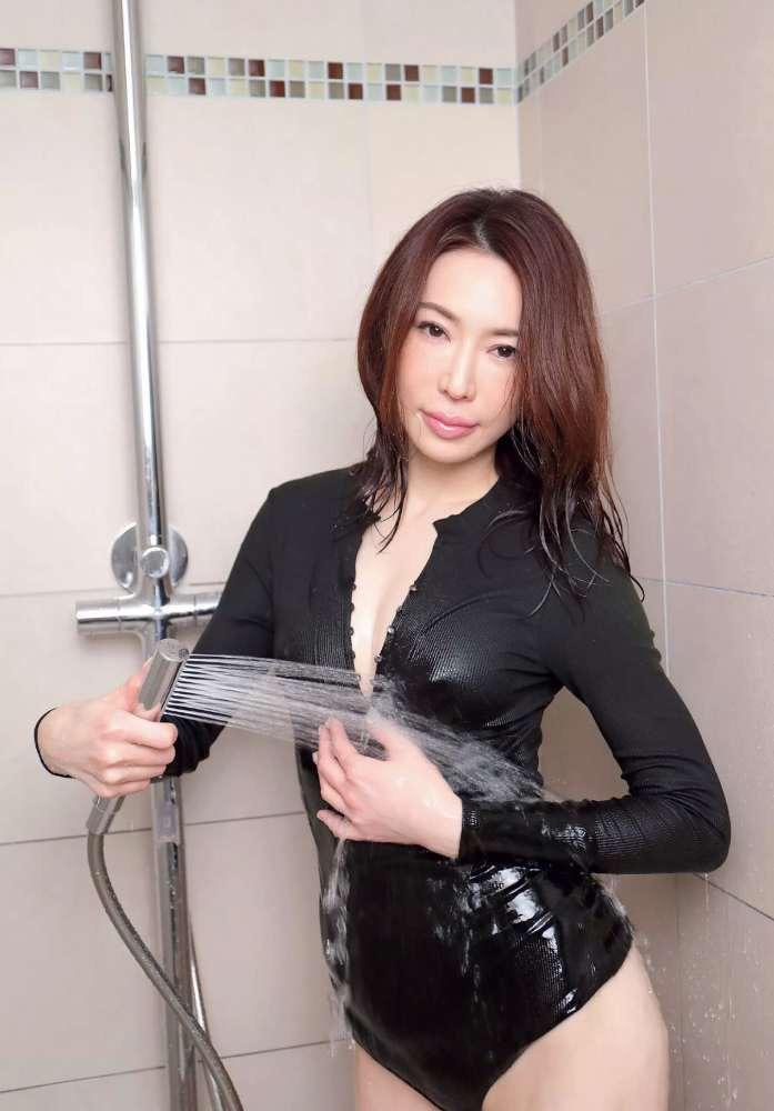 【岩本和子エロ画像】アラフォー世代で未だ現役の美魔女系グラビアアイドルのヌード写真 39