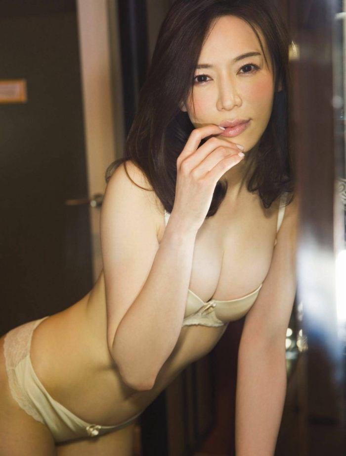 【岩本和子エロ画像】アラフォー世代で未だ現役の美魔女系グラビアアイドルのヌード写真 52