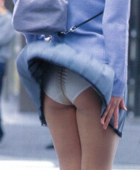 【春のパンチラ画像】暖かくなってスカートが短くなった女性を襲う春の強風ハプニング! 07