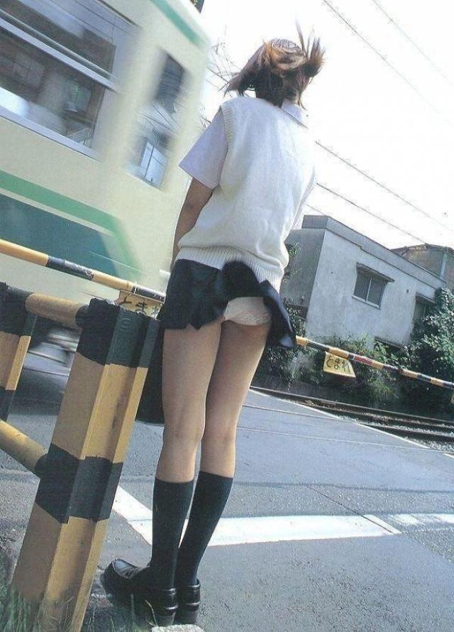 【春のパンチラ画像】暖かくなってスカートが短くなった女性を襲う春の強風ハプニング! 24
