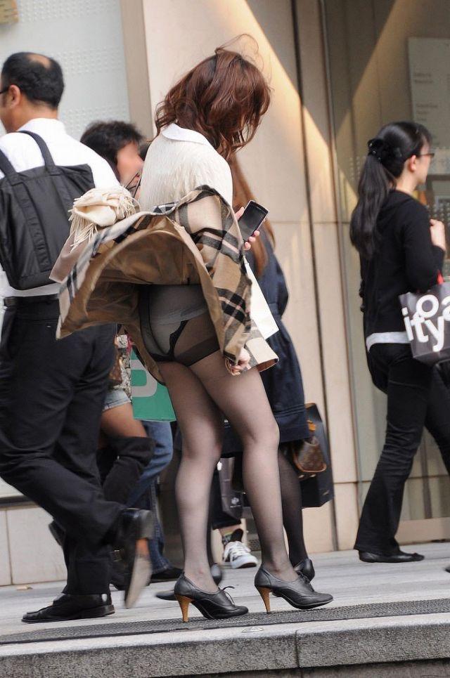 【春のパンチラ画像】暖かくなってスカートが短くなった女性を襲う春の強風ハプニング! 39